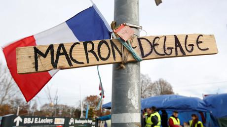 Une pancarte anti-Macron sur un rond-point à Sainte-Eulalie près de Bordeaux, le 5 décembre 2018 (image d'illustration).