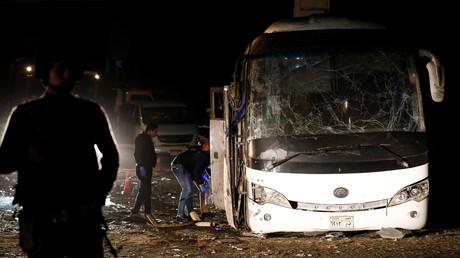 Des policiers inspectent le bus après son explosion au Caire, le 28 décembre 2018.