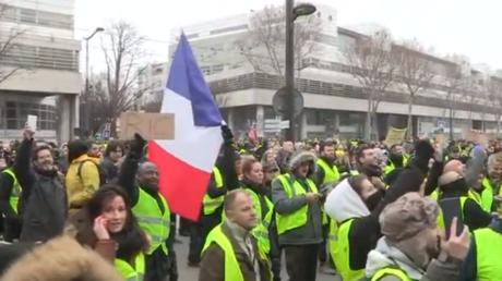 Des Gilets jaunes devant le siège de BFM TV, le 29 décembre 2018. Capture d'écran.