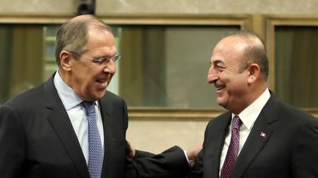 Le ministre russe des Affaires étrangères Sergueï Lavrov et son homologue turc Mevlüt Cavusoglu lors d'une discussion à Genève, le 18 décembre dernier.