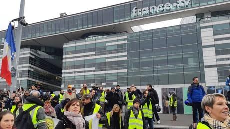 Des Gilets jaunes rassemblés devant France tv, le 29 décembre, à Paris.
