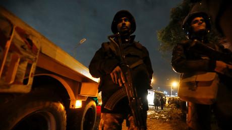 La police anti-émeute sécurise la scène d'explosion d'autobus à Gizeh, en Égypte, le 28 décembre 2018.