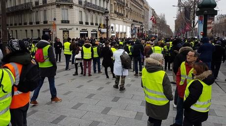Des Gilets jaunes rassemblés sur les Champs-Elysées, le 29 décembre.