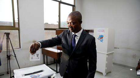 Emmanuel Ramazani Shadary, ancien ministre congolais de l'Intérieur et candidat à la présidentielle, vote dans un bureau de vote à Kinshasa, le 30 décembre 2018.