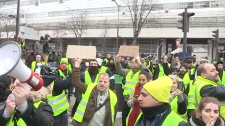 Des Gilets jaunes devant le siège de BFM TV, le 29 décembre 2018.