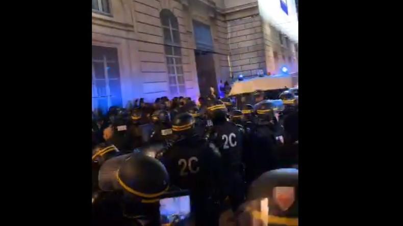 Paris : le Gilet jaune Eric Drouet embarqué par les forces de l'ordre près de Concorde