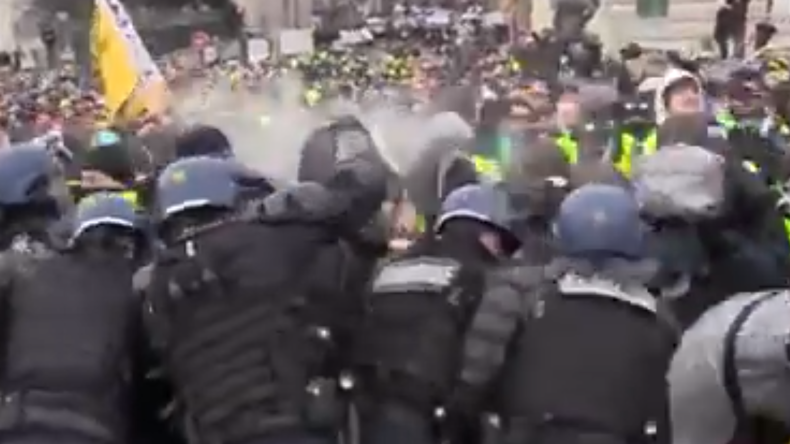 Violents affrontements entre forces de l'ordre et Gilets jaunes sur un pont parisien (VIDEO CHOC)