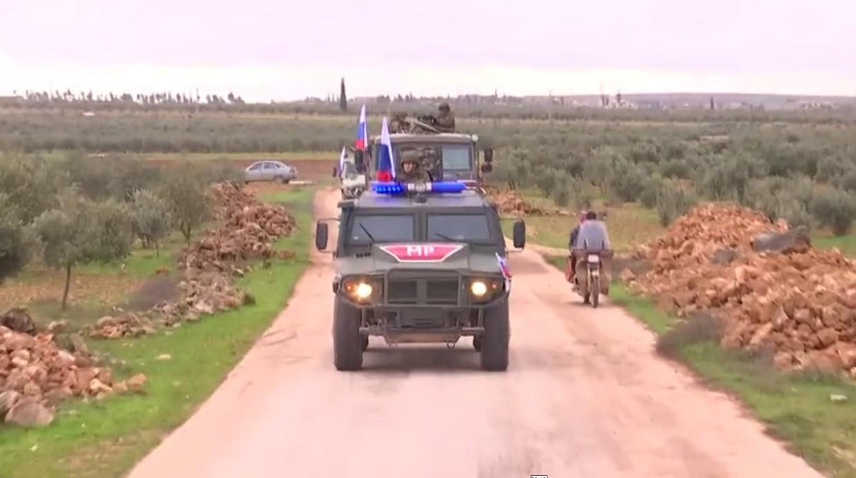 Syrie : après le retrait kurde, la police militaire russe patrouille dans les environs de Manbij