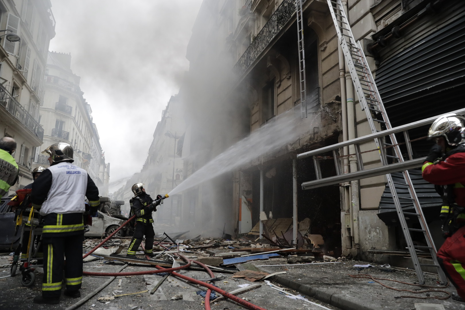 Paris : une forte explosion dans un immeuble du 9e arrondissement fait trois morts (IMAGES)