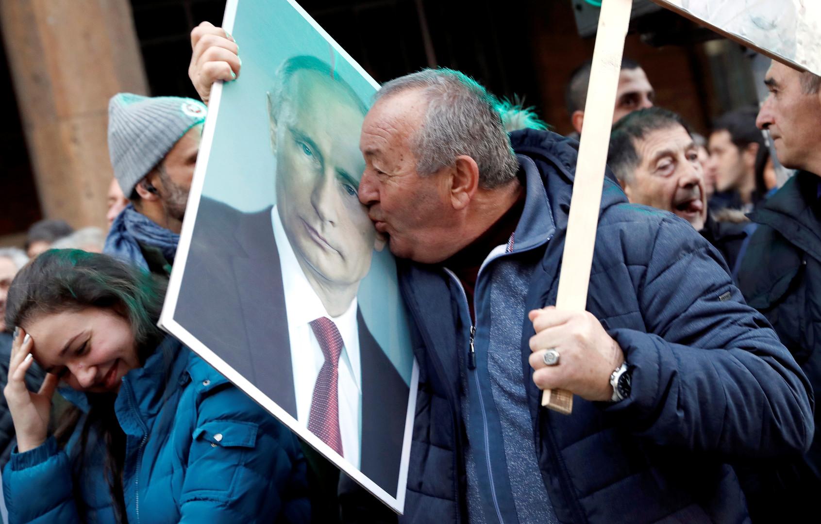 Vladimir Poutine acclamé par des dizaines de milliers de personnes lors de sa visite en Serbie
