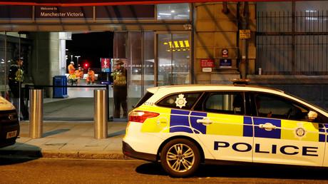 Des policiers devant la gare Victoria de Manchester, le 1er janvier 2019.