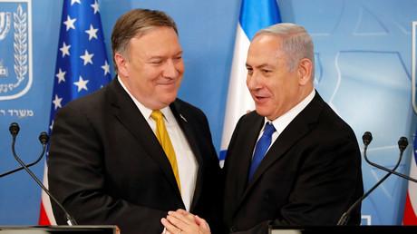 Le Premier ministre israélien Benjamin Netanyahou serre la main du secrétaire d'Etat américain Mike Pompeo lors d'une réunion au ministère de la Défense à Tel Aviv, en Israël, le 29 avril 2018.