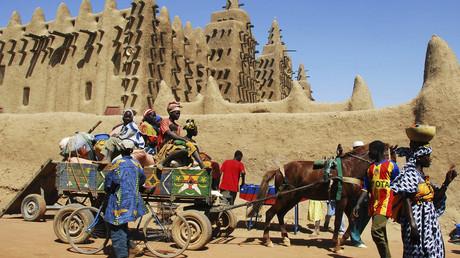 Un chariot passe devant la mosquée de Djenné, au Mali, le 5 février 2007 (image d'illustration).