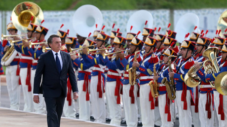 Le nouveau président du Brésil, Jair Bolsonaro, passe en revue les troupes après la cérémonie d'investiture, à Brasilia, au Brésil, le 1er janvier 2019.