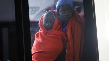 Une femme migrante et un enfant arrivés sur un bateau de sauvetage dans le port de Malaga, dans le sud de l'Espagne, le 3 janvier 2019 (image d'illustration).
