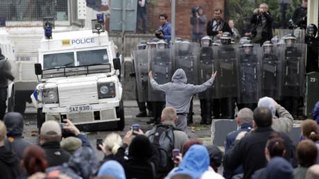 Des manifestants catholiques font face aux forces de l'ordre à Belfast, en juin 2012 (image d'illustration).