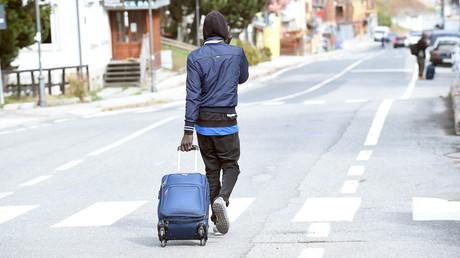Un migrant longe la route près de la frontière française à Claviere, en Italie, le 17 octobre 2018 (image d'illustration).