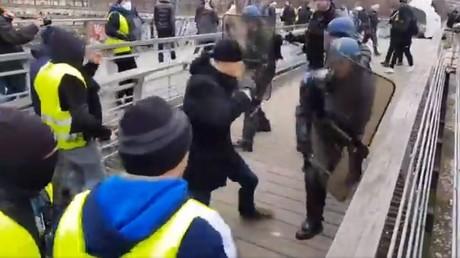 Gilets jaunes : un ancien champion de boxe fait reculer les gendarmes à coups de poings (VIDEO)