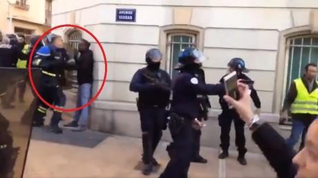 Un policier s'en est violemment pris à deux manifestants à Toulon, le 5 janvier.