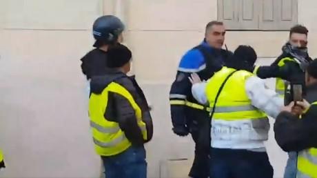Des policiers encadrent une manifestation de Gilets jaunes à Paris le 5 janvier (images d'illustration).