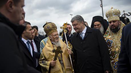 Bartholomée Ier de Constantinople en compagnie du président Petro Porochenko et du métropolite Épiphane le 6 janvier 2019 à Istanbul.