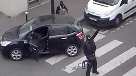 Sous les cagoules, les frères Kouachi dans la rue au moment de l'assaut de Charlie Hebdo le 7 janvier 2015