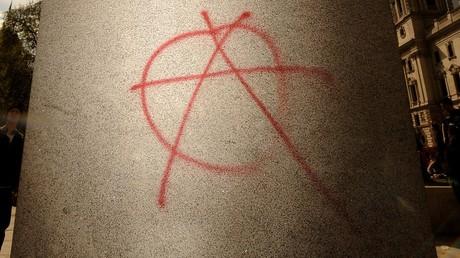 Gilets jaunes : quand un sociologue associe le symbole de l'anarchisme à l'«extrême droite» (VIDEO)