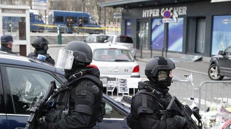 Des policiers patrouillent aux abords de l'Hyper Cacher de la porte de Vincennes à Paris en amont de la visite du Premier ministre israélien, 12 janvier 2015 (image d'illustration).