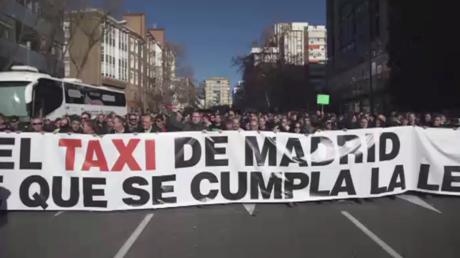 Les chauffeurs de taxi en colère manifestent à Madrid