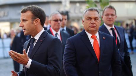 Viktor Orban arrive à  la réunion informelle des dirigeants de l'Union européenne à Salzbourg, en Autriche, alors que le président français Emmanuel Macron s'adresse aux médias, le 20 septembre 2018.