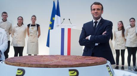 Emmanuel Macron devant la galette des rois le 11 janvier à l'Elysée.