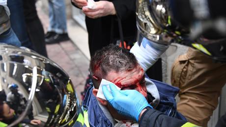 Ce Gilet jaune qui manifestait le 12 janvier à Bordeaux reçoit les premiers soins après avoir été heurté en pleine tête par un LBD40 tiré par les forces de l'ordre.