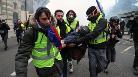 Des Gilets jaunes transportent un photographe blessé lors de l'acte 8 à Paris, le 5 janvier 2019 (image d'illustration).