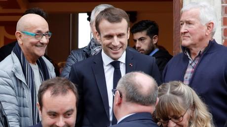 Emmanuel Macron sort de la mairie de Gasny le 15 janvier 2019.