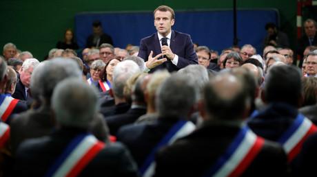 Emmanuel Macron échange avec plusieurs centaines de maires à Grand Bourgtheroulde, le 15 janvier 2019.