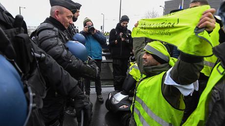 Des Gilets jaunes font face aux forces de l'ordre près du Parlement européen à Strasbourg le 12 janvier 2019.