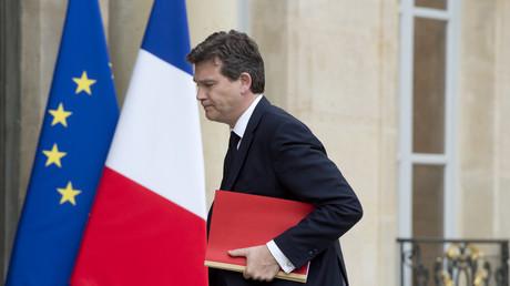 Alors ministre français de l'Economie, Arnaud Montebourg, arrive à une réunion avec des représentants de General Electric (GE), et le président français (François Hollande) le 28 avril 2014 à l'Elysée à Paris. Opposé à la vente, il est remplacé par Emmanuel Macron quatre mois plus tard.