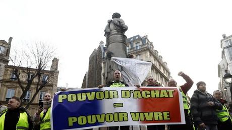 Des Gilets jaunes sur la place Saint-Georges, dans le IXe arrondissement de Paris, le 22 décembre 2018.