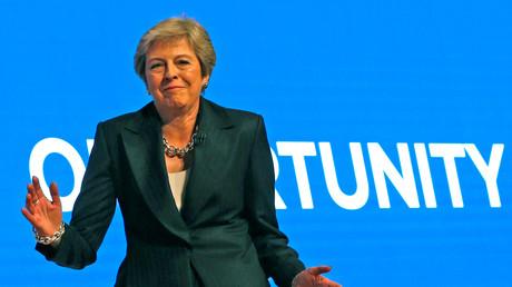Le Premier ministre britannique danse sur Dancing queen de Abba lors de son entrée en scène à Birmingham pour une conférence du parti conservateur, octobre 2018 (image d'illustration).