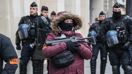 Une policière patrouille dans Paris lors d'une manifestation des Gilets jaunes, le 15 décembre 2018. Dans ses mains, un LBD40.