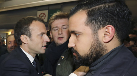 Le président français Emmanuel Macron visite le Salon International de l'Agriculture au Parc des Expositions de la Porte de Versailles à Paris, le 24 février 2018.