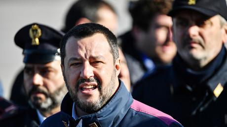Le ministre de l'Intérieur italien Matteo Salvini à l'aéroport de Rome le 14 janvier lors de l'arrivée de l'ancien militant d'extrême gauche Cesare Battisti, arrêté en Bolivie.