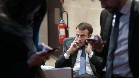 Emmanuel Macron, alors ministre français de l'Economie et de l'Industrie, passe un appel téléphonique avant d'être entendu devant le Parlement français à Paris le 11 mars 2015 sur le projet d'acquisition de la branche énergie d''Alstom par le groupe américain General Electric.