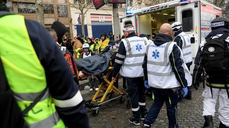 Image d'illustration. Evacuation d'un manifestant blessé durant une manifestation de Gilets jaunes le 15 décembre à Paris.