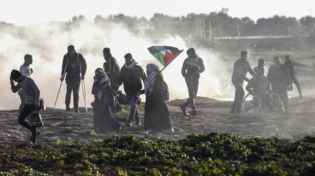 Des manifestants palestiniens au milieu des gaz lacrymogènes lancés par les forces israéliennes lors d'une manifestation le long de la frontière avec Israël, à Gaza, le 18 janvier 2019.