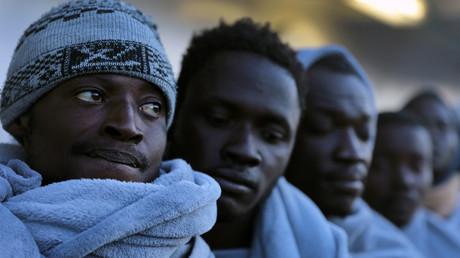Des migrants à bord d'un bateau dans le port italien d'Augusta, le 2 avril 2017 (image d'illustration).