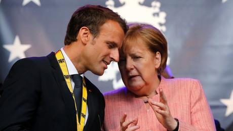 Emmanuel Macron converse avec la chancelière allemande après avoir reçu le prix Charlemagne à Aix-la-Chapelle, 10 mai 2018 (image d'illustration).