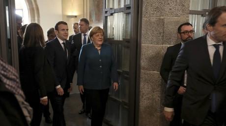Emmanuel Macron et Angela Merkel arrive à la mairie d'Aix-la-Chapelle le 22 janvier 2019.