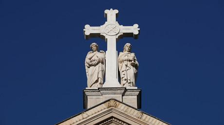 Une croix chrétienne sur le toit de l'église Saint-Augustin à Paris (image d'illustration).