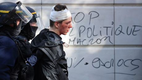 Un manifestant blessé est interpellé par des membres de la CRS lors d'une manifestation à l'appel de la CGT contre les réformes du gouvernement, à Paris le 9 octobre 2018 (image d'illustration).